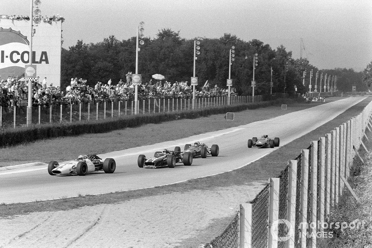 Тем временем другая похожая группа – тоже из четырех пилотов – оспаривала места, начиная с четвертого. В нее входили Джон Сертиз (Honda), Йохен Риндт (Cooper), Крис Эймон (Ferrari) и Брюс Макларен (McLaren)