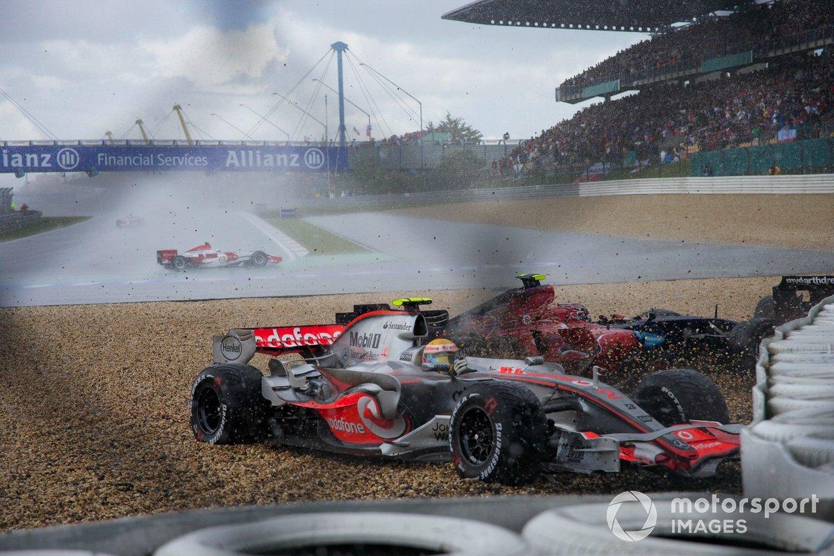 Accidentes de Lewis Hamilton, McLaren MP4-22 Mercedes, Scott Speed, Toro Rosso STR2 Ferrari y Anthony Davidson, Super Aguri SA07 Honda