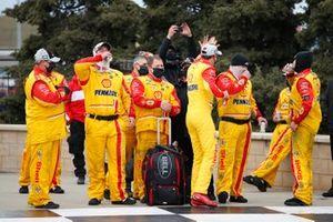 Los equipos de la Copa NASCAR van a la pista del Hollywood Casino 400 en el Kansas Speedway de Kansas City, Kansas