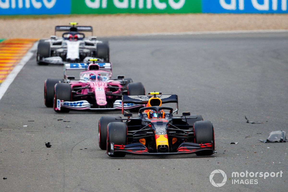 Alex Albon, Red Bull Racing RB16, Lance Stroll, Racing Point RP20, y Pierre Gasly, AlphaTauri AT01, a través de los escombros dejado por el accidente de Antonio Giovinazzi, Alfa Romeo Racing C39, y George Russell, Williams FW43