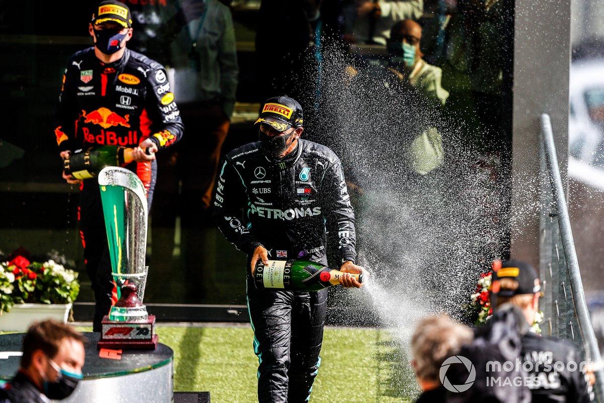 Podio: ganador Lewis Hamilton, Mercedes-AMG F1, tercer lugar Max Verstappen, Red Bull Racing