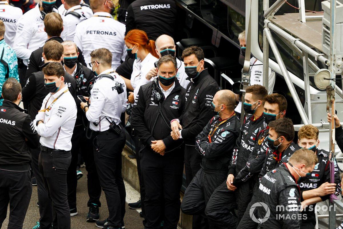 El equipo de Fórmula 1 de Mercedes-AMG en el Parc Ferme antes de las celebraciones del podio.