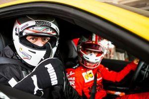 Charles Leclerc, Scuderia Ferrari, e Roberto Chinchero, giornalista di Motorsport.com Italia e Sky SportF1
