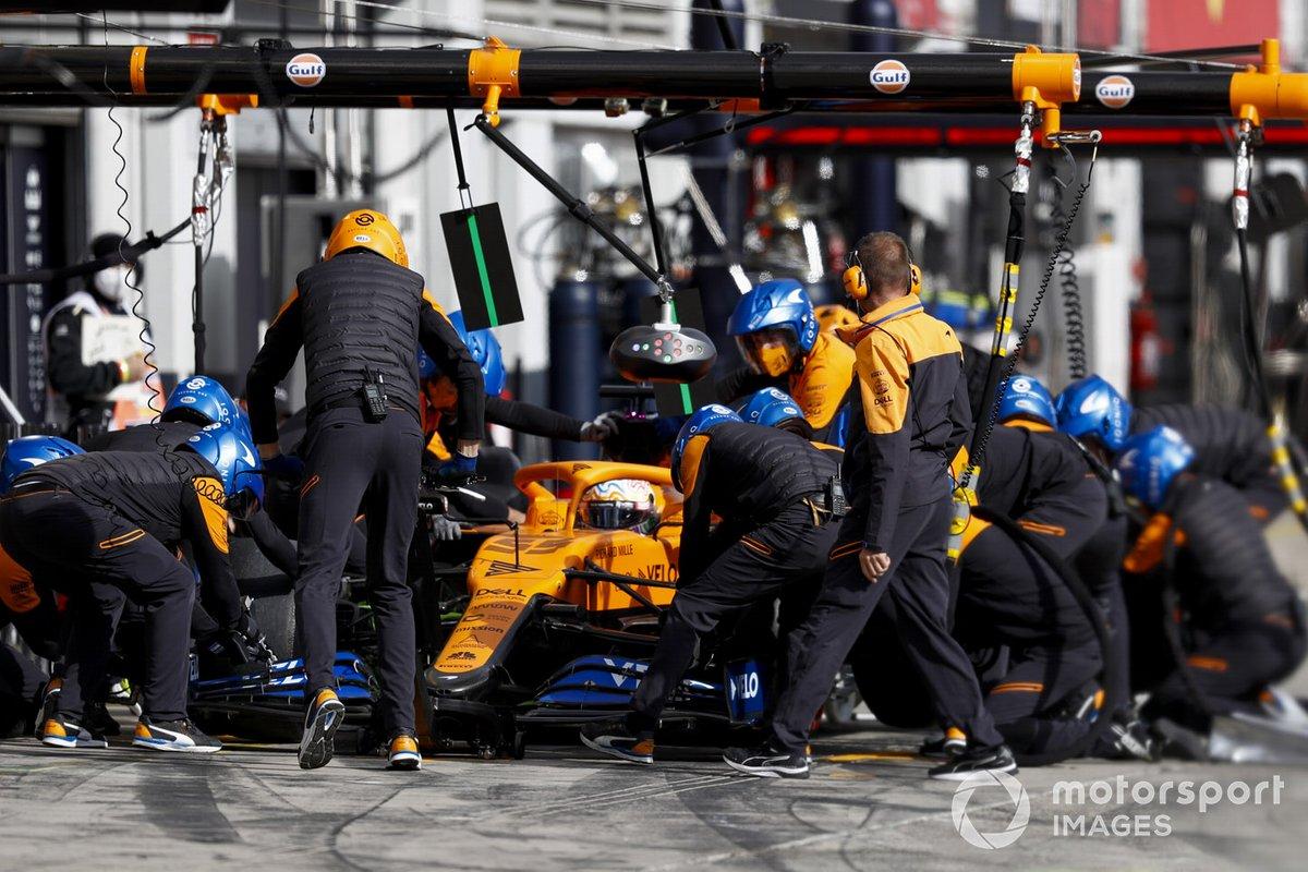 Carlos Sainz Jr., McLaren MCL35, pits