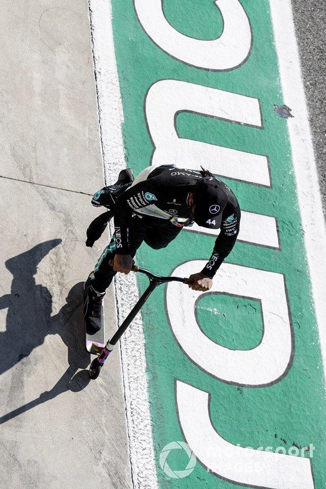 Lewis Hamilton, Mercedes-AMG F1 en su scooter