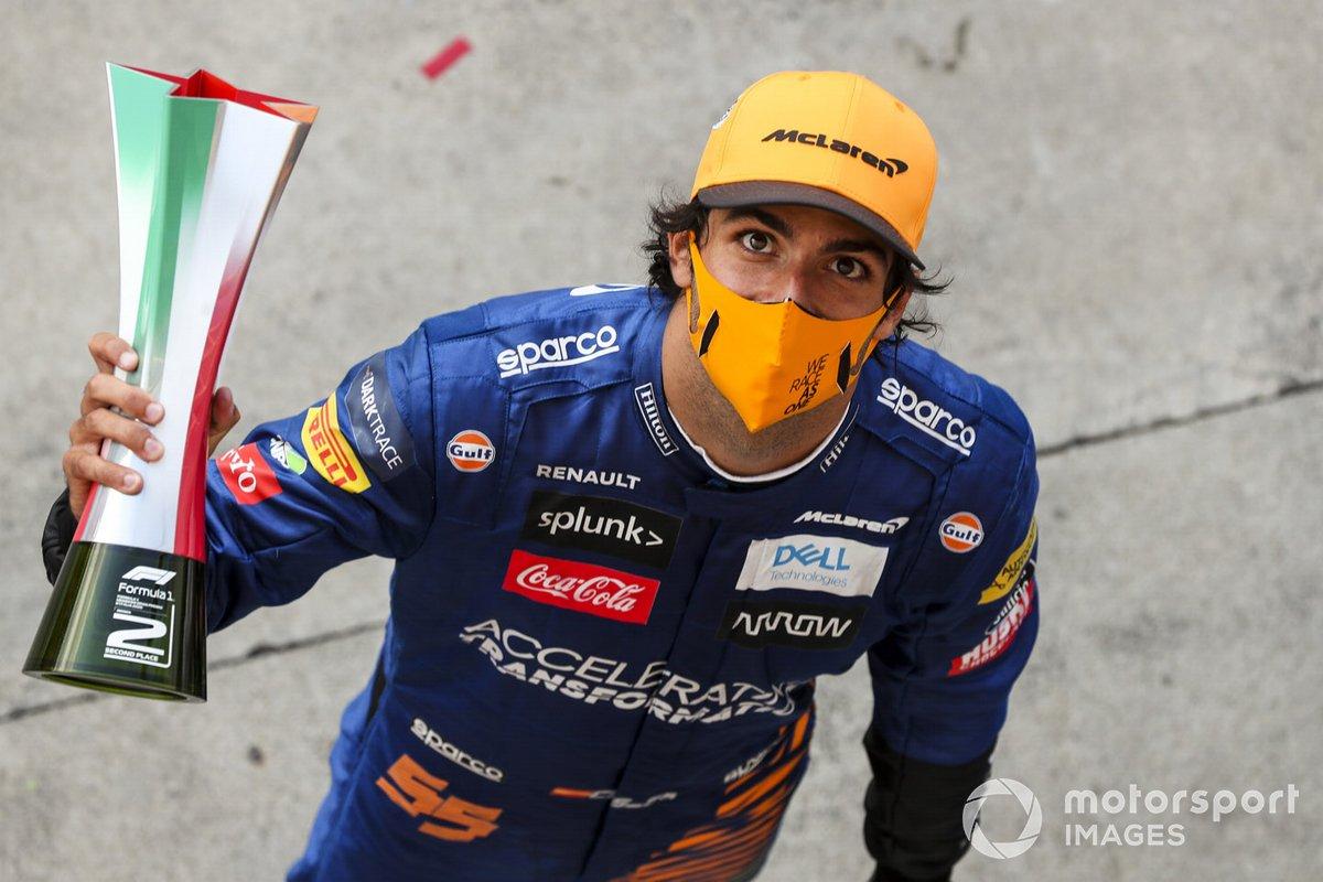 Carlos Sainz Jr., McLaren, 2º puesto, con su trofeo