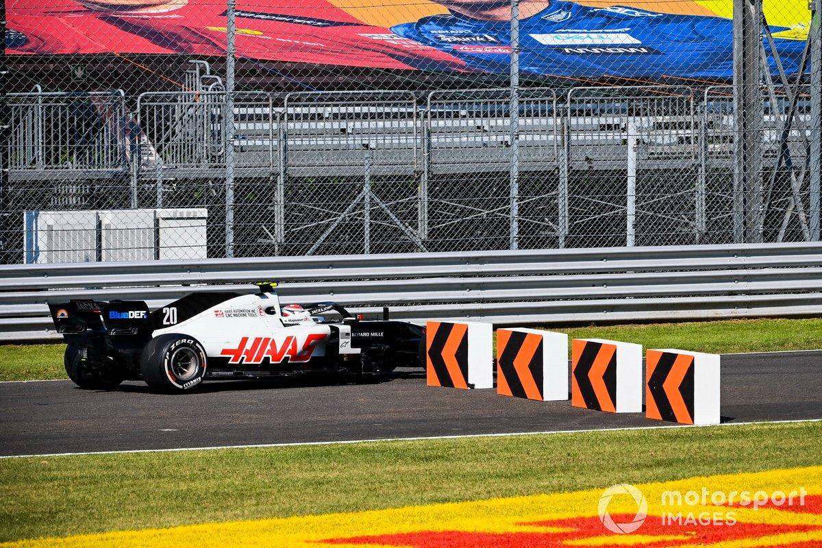 Kevin Magnussen, Haas VF-20, se sale de pista