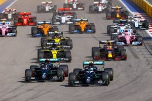 Lewis Hamilton, Mercedes F1 W11, Valtteri Bottas, Mercedes F1 W11, Max Verstappen, Red Bull Racing RB16, Daniel Ricciardo, Renault F1 Team R.S.20, Esteban Ocon, Renault F1 Team R.S.20, and the rest of the field at the start