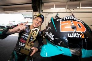 Ganador Fabio Quartararo, Petronas Yamaha SRT con el trofeo