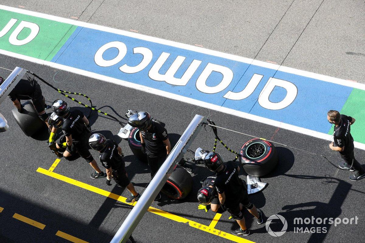 El equipo de boxes de Mercedes en el pit lane