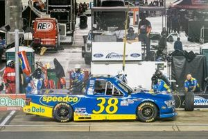 Todd Gilliland, Front Row Motorsports, Ford F-150 Speedco pit stop