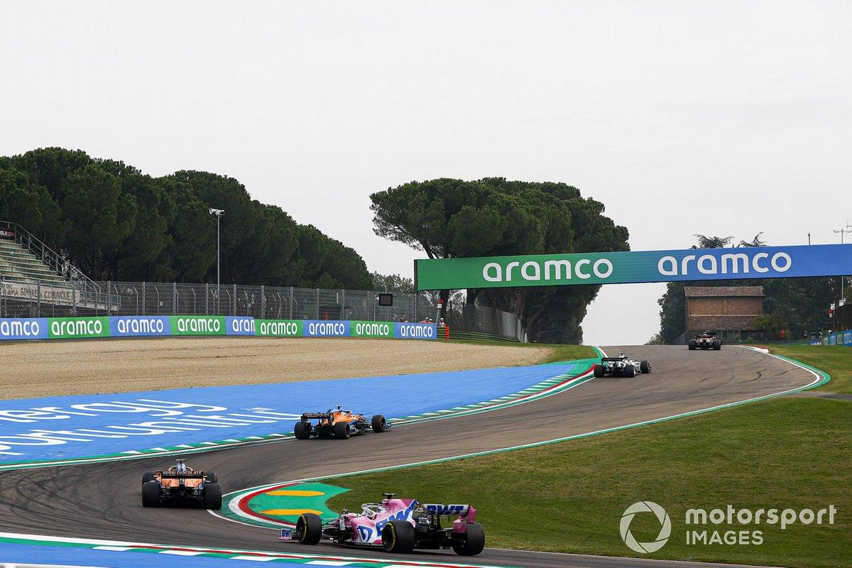 Lando Norris, McLaren MCL35, Carlos Sainz Jr., McLaren MCL35, y Sergio Pérez, Racing Point RP20