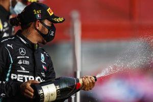 Lewis Hamilton, Mercedes-AMG F1, primo classificato, spruzza Champagne dal podio