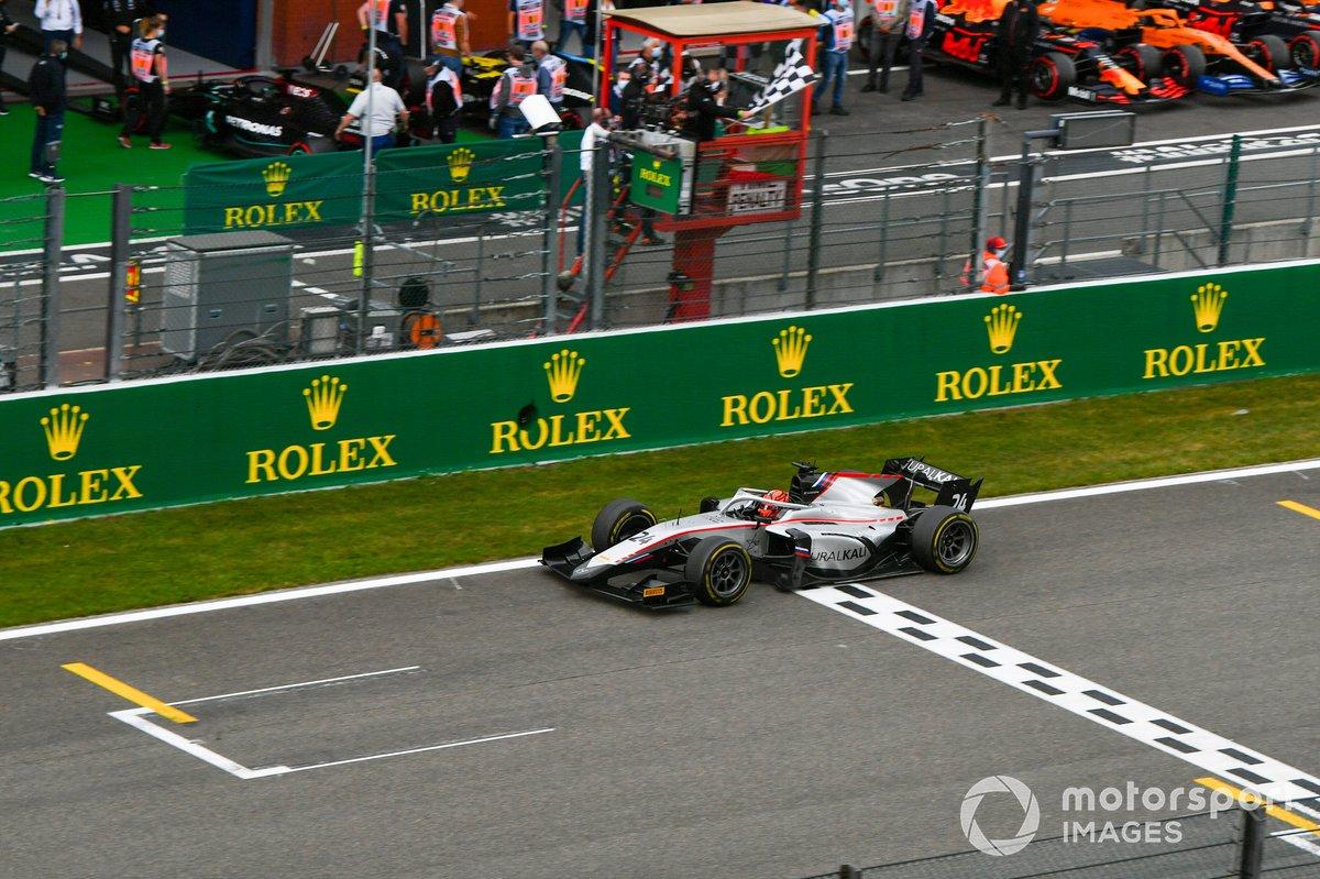 Nikita Mazepin, Hitech Grand Prix, toma la bandera a cuadros