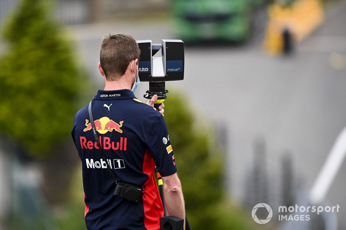 Un mecánico de Red Bull Racing con una cámara