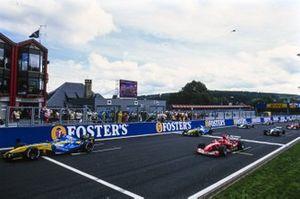 Jarno Trulli, Renault R24, Michael Schumacher, Ferrari F2004, en Fernando Alonso, Renault R24