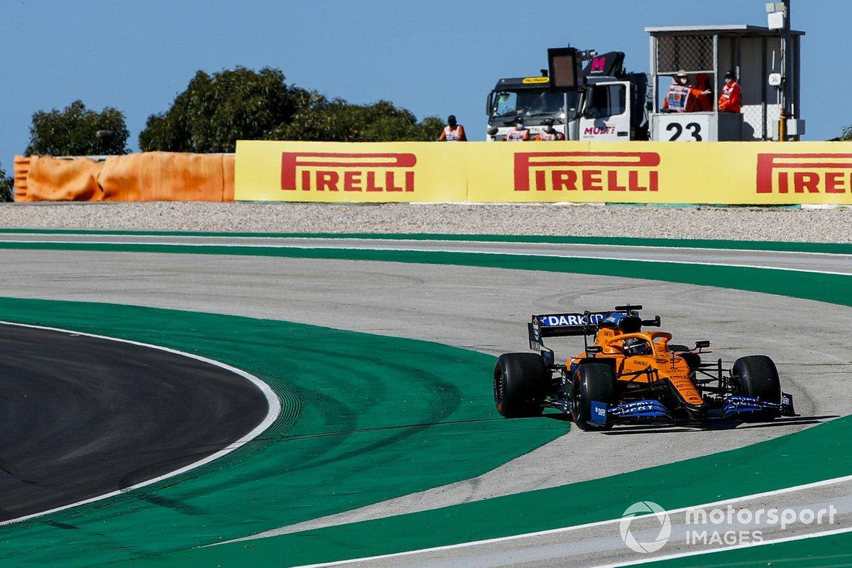 Carlos Sainz Jr., McLaren MCL35, hace un trompo