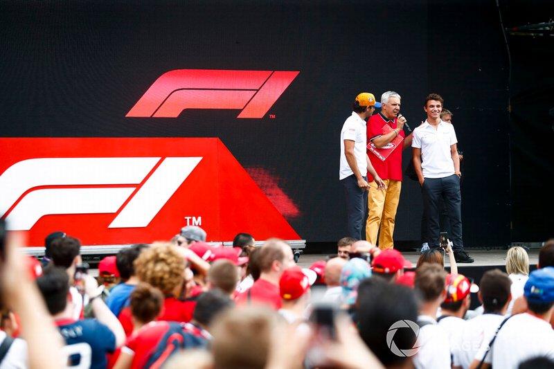 Carlos Sainz Jr, McLaren y Lando Norris, McLaren en el escenario en la zona de fans