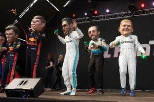 Caricature di Pierre Gasly, Red Bull Racing, Max Verstappen, Red Bull Racing, Lewis Hamilton, Mercedes AMG F1, Robert Kubica, Williams Racing, and Valtteri Bottas, Mercedes AMG F1, sul palco