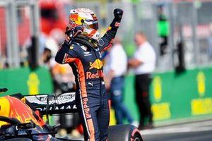 Max Verstappen, Red Bull Racing, viert zijn eerste pole-position in de Formule 1