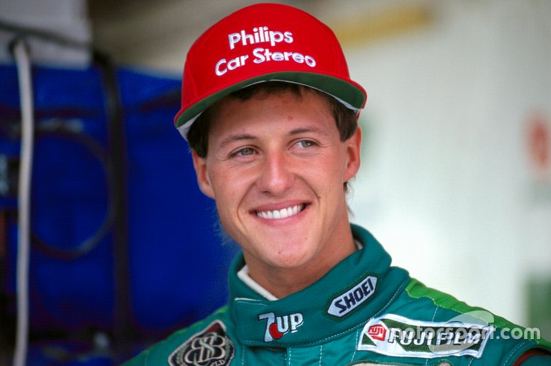 Michael Schumacher debutó en F1 con 22 años, 7 meses y 22 días. Fue con el equipo Jordan, en el GP de Bélgica 1991. Destacó en clasificación, pero una avería le hizo abandonar