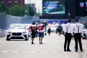 Membri del team Jaguar guardano le auto che si allineano per la partenza