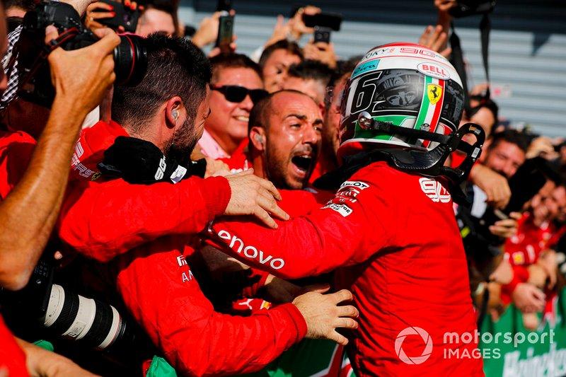 Il vincitore della gara Charles Leclerc, Ferrari festeggia al Parc Ferme con il team Ferrari