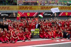 Racewinnaar Charles Leclerc, Ferrari viert de zege met zijn Ferrari-team en Louis C. Camilleri, CEO Ferrari.