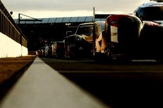 Les voitures dans le Parc Fermé