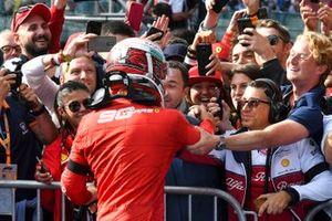 El ganador de la carrera Charles Leclerc, Ferrari, celebra con su manager Nicolas Todt en Parc Ferme