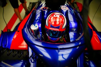 Daniil Kvyat, Toro Rosso, in the garage