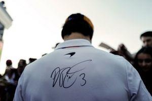 Carlos Sainz Jr., McLaren con l'autografo di Daniel Ricciardo, Renault F1 Team sulla sua maglia