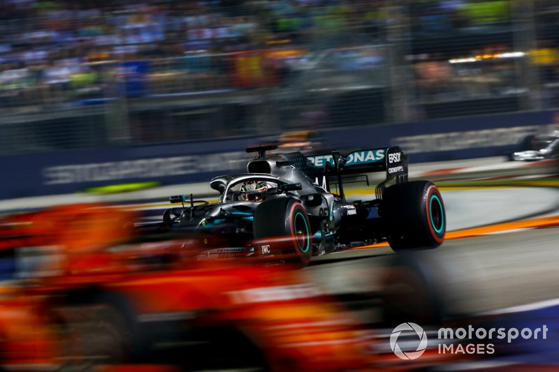 Lewis Hamilton, Mercedes AMG F1 W10 insegue Charles Leclerc, Ferrari SF90