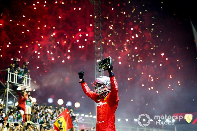 El ganador de la carrera Sebastian Vettel, Ferrari celebra en el Parc Ferme