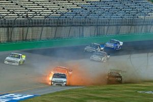 Brandon Jones, Kyle Busch Motorsports, Toyota Tundra SoleusAir/Menards and Grant Enfinger, ThorSport Racing, Ford F-150 Champion Power Equipment crash