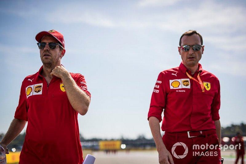 Sebastian Vettel, Ferrari camina por la pista con sus mecánicos
