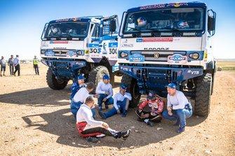 Nasser Al Attiyah, Toyota Gazoo Racing, y varios miembros de Kamaz