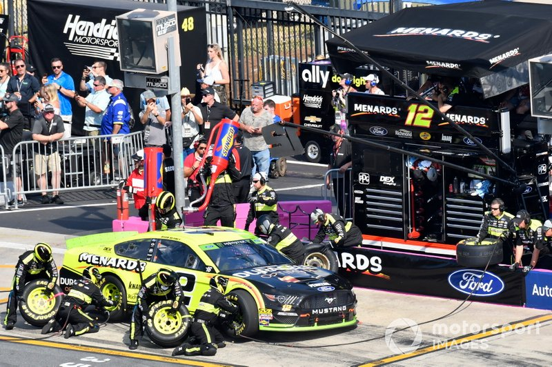 Ryan Blaney, Team Penske, Ford Mustang Menards/Duracell, makes a pit stop