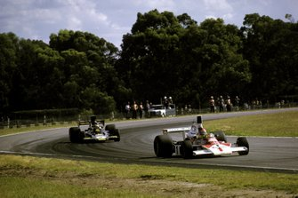 Emerson Fittipaldi, McLaren M23, Ronnie Peterson, Lotus 72E