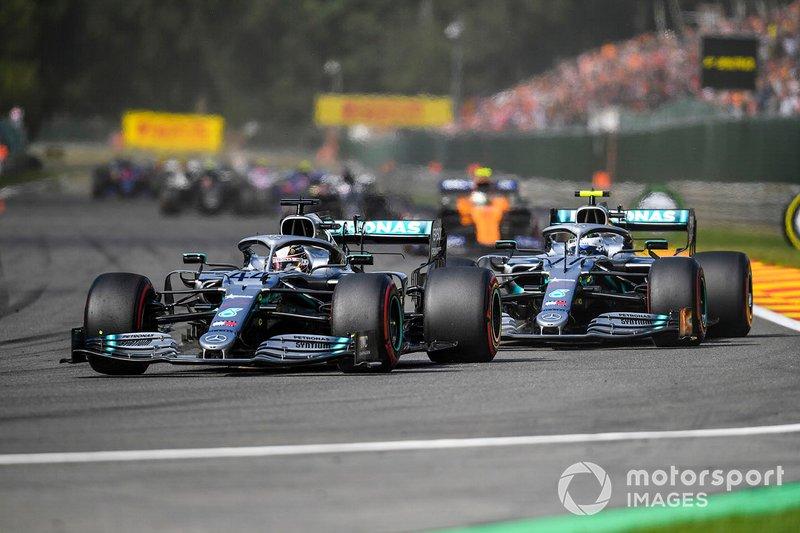 Lewis Hamilton, Mercedes AMG F1 W10, precede Valtteri Bottas, Mercedes AMG W10, Lando Norris, McLaren MCL34, e il resto delle auto nel giro di apertura