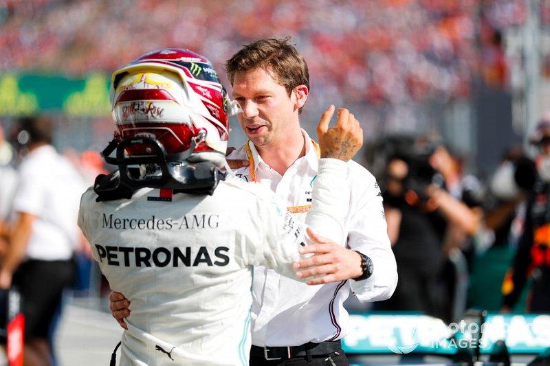 Il vincitore della gara Lewis Hamilton, Mercedes AMG F1 festeggia al Parc Ferme con James Vowles, Motorsport Strategy Director, Mercedes AMG F1