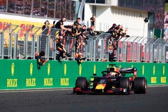 Max Verstappen, Red Bull Racing RB15, 2e positie, wordt bejubeld door zijn team