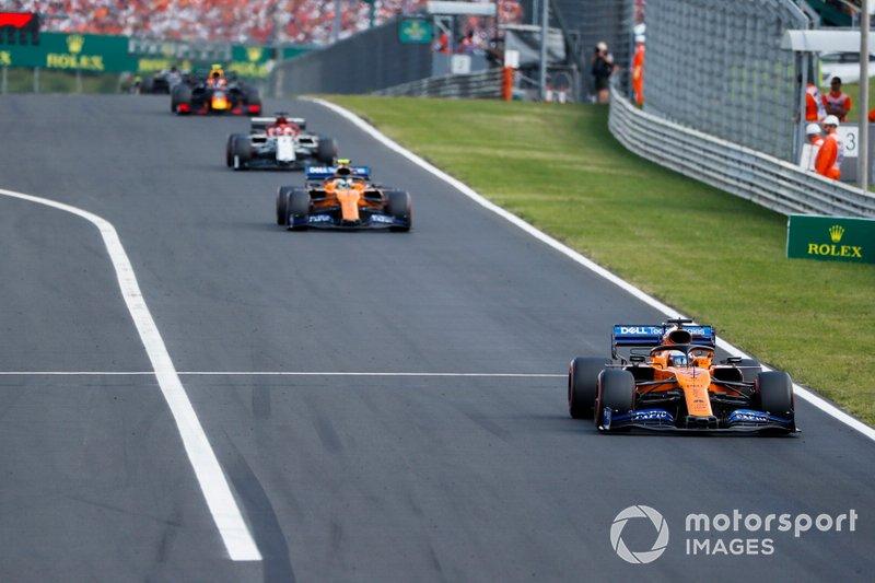 Carlos Sainz Jr, McLaren MCL34, lidera Lando Norris, McLaren MCL34, y Kimi Raikkonen, Alfa Romeo Racing C38
