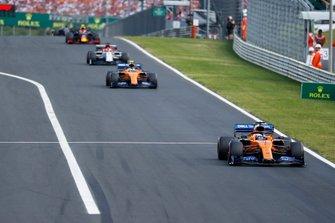Carlos Sainz Jr., McLaren MCL34, devant Lando Norris, McLaren MCL34, et Kimi Raikkonen, Alfa Romeo Racing C38