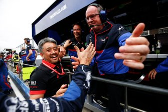 Masashi Yamamoto, General Manager, Honda Motorsport, and Toro Rosso engineers celebrate