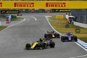 Daniel Ricciardo, Renault F1 Team R.S.19, leads Daniil Kvyat, Toro Rosso STR14, and Pierre Gasly, Red Bull Racing RB15