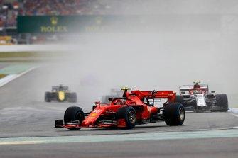 Шарль Леклер, Ferrari SF90, и Антонио Джовинацци, Alfa Romeo Racing C38