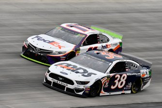 David Ragan, Front Row Motorsports, Ford Mustang MDS Transport and Denny Hamlin, Joe Gibbs Racing, Toyota Camry FedEx Express