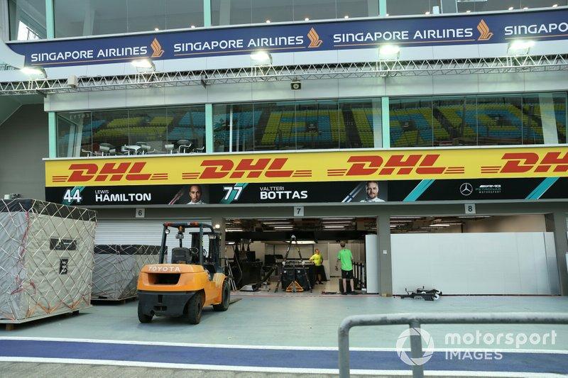 Il team Mercedes apre delle casse, nel box