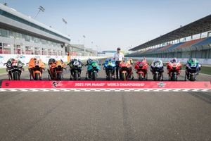 Dorna CEO Carmelo Ezpeleta met de MotoGP-machines